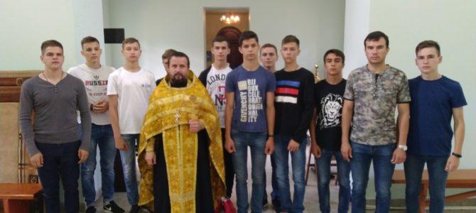 Священник совершил молебен для призывной молодежи перед финалом спартакиады в городе Смоленске.