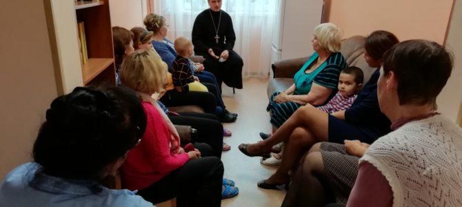Священник встретился с клиентами городского кризисного центра помощи женщинам и детям